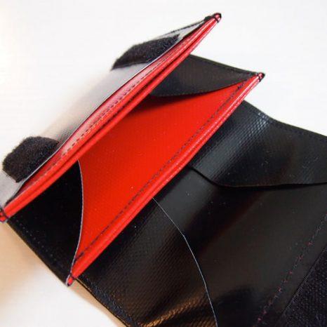 Geldbeutel klein und schwarz mit rotem Innenleben