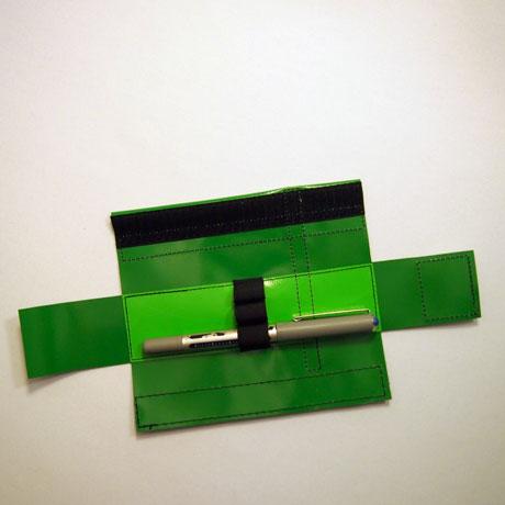 Mäppchen mit drei Gummischlaufen grün innen