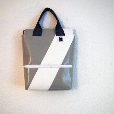 Tasche mit Henkel grau weiss zum Tragen
