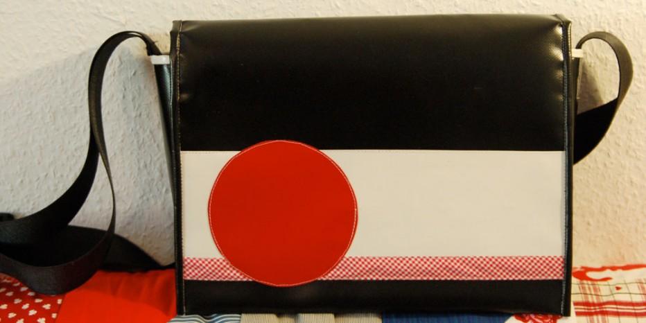 Umhängetasche Kuriertasche krambeutel maßgeschneidert LKW-Plane weiß schwarz rot