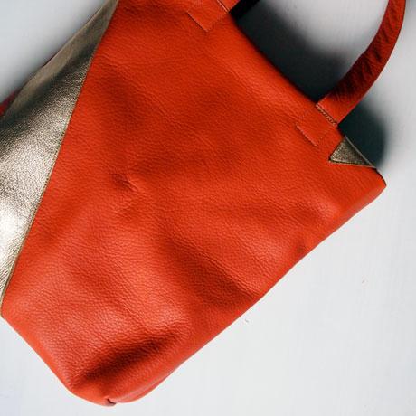 Lederjutebeutel aus orangem Rindsleder mit goldenem Streifen, handgenäht in München von krambeutel Deine Wunschtasche www.krambeutel.de