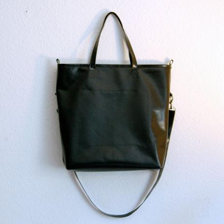 schwarze Tasche aus LKW-Plane / krambeutel.de