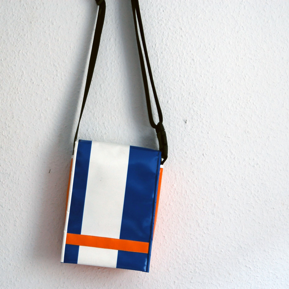 UMHÄNGETASCHE blau weiß orange von krambeutel Deine Wunschtasche / www.krambeutel.de/ München Stefanie Ramb Unikate aus LKW-Plane