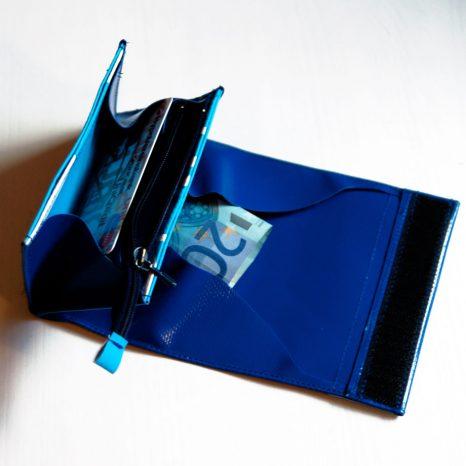 überarbeiteter Schnitt des kleinen Geldbeutels, mit diversen Fächern für Kleingeld, Scheingeld, Karten und Kleinzeug wie Briefmarken. davon 1 Fach mit Reißverschluss Verschlossen wir der Geldbeutel mit Klettverschluss Größe geschlossen und leer: Breite 12 cm, Höhe 7,5 cm, Tiefe 2 cm