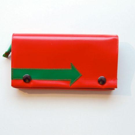 Geldbeutel XL aus LKW-Plane, rot mit grünem Pfeil / www.krambeutel.de / krambeutel Deine Wunschtasche / Stefanie Ramb München