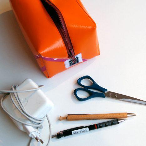 Waschbeutel Kulturbeutel Federmäppchen orange mit pinken Streifen aus LKW-Plane / www.krambeutel.de / Stefanie Ramb München / krambeutel Deine Wunschtasche