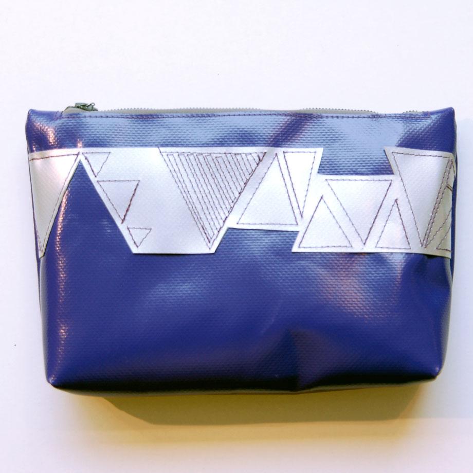 Reißverschluss-Tasche aus lila LKW-Plane mit silbernem Dreiecks-Muster  / www.krambeutel.de / krambeutel Deine Wunschtasche / Stefanie Ramb München