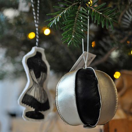krambeutel-Weihnachtskugel aus Leder / Foto von Beatrix Rautenberg