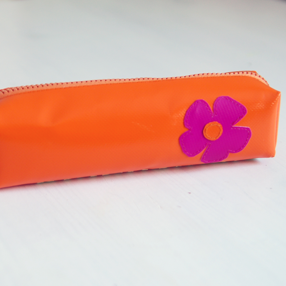 Federmäppchen aus LKW-Plane mit Blume und Schrift krambeutel Deine Wunschtasche www.krambeutel.de Stefanie Ramb München