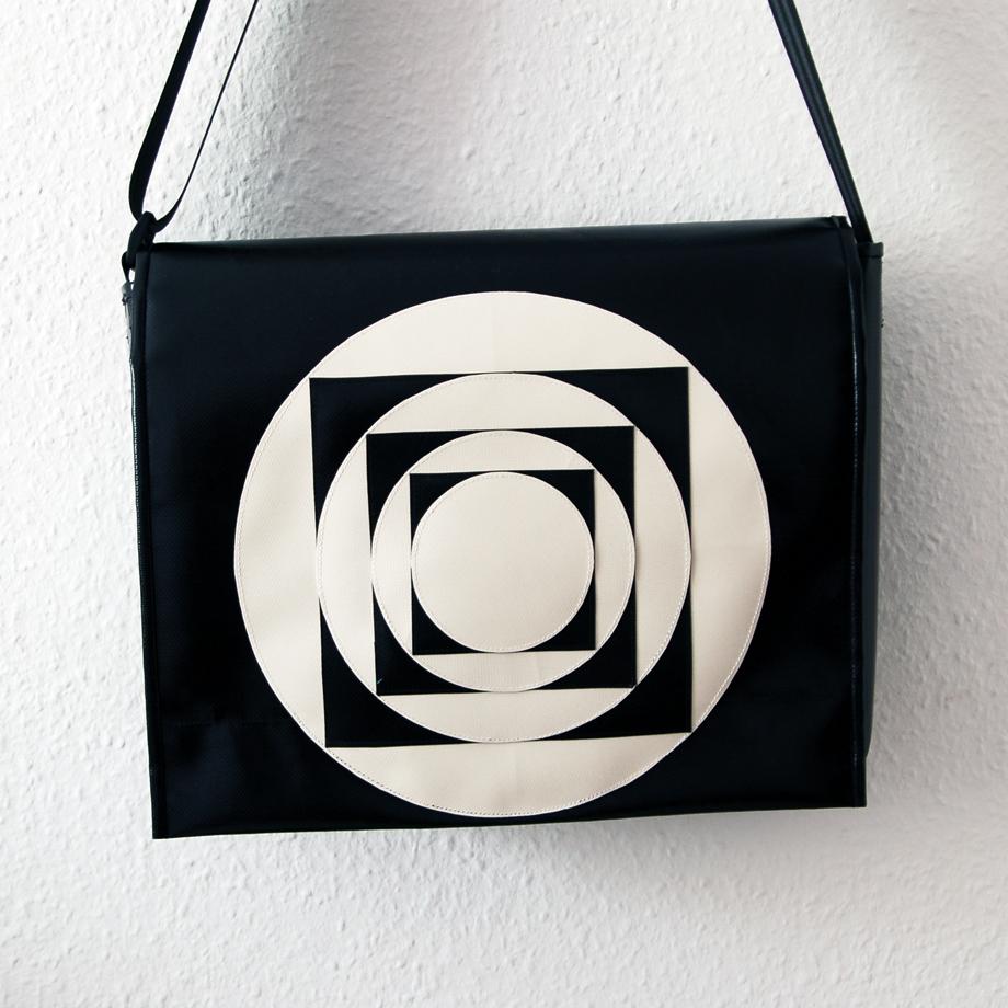 Umhängetasche aus LKW Plane mit geometrischem Muster krambeutel Deine Wunschtasche www.krambeutel.de Stefanie Ramb München