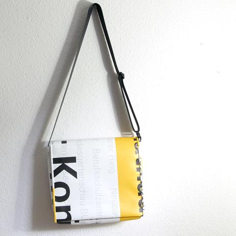Umhängetasche aus Ausstellungsbanner, handgefertigt in München. Banner-REcycling, nachhaltig und mit Sinn. www.krambeutel.de Stefanie Ramb München Deine Wunschtasche