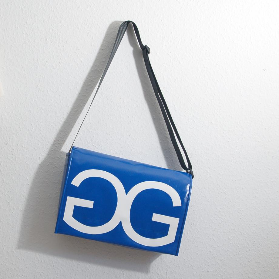 Umhängetasche aus LKW-Plane mit individuellem Logo, handgemacht in München. krambeutel Deine Wunschtasche www.krambeutel.de Stefanie Ramb