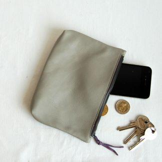 Lederetui mit Reißverschluss in grau aus weichem Lammleder. krambeutel Deine Wunschtasche www.krambeutel.de maßgeschneiderte Beutel aus München Stefanie Ramb