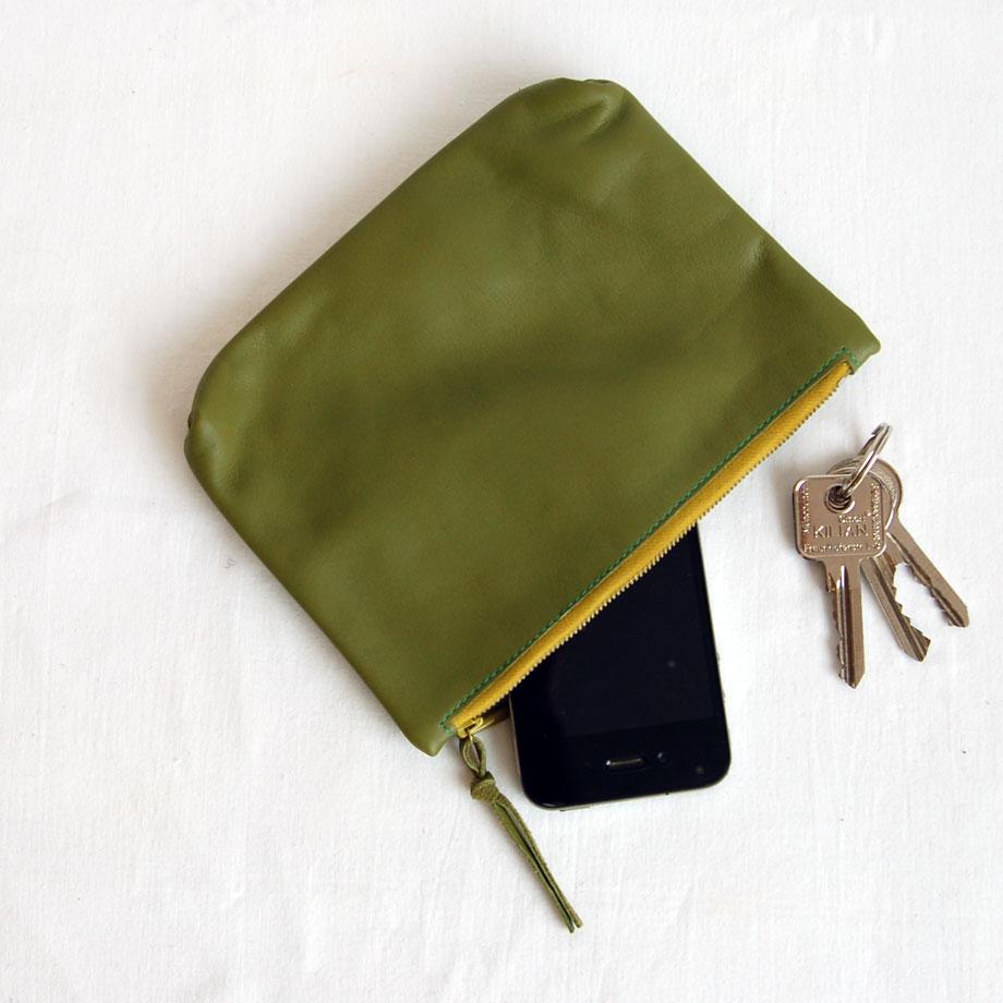 Lederetui mit Reißverschluss in grün aus weichem Lammleder. krambeutel Deine Wunschtasche www.krambeutel.de maßgeschneiderte Beutel aus München Stefanie Ramb