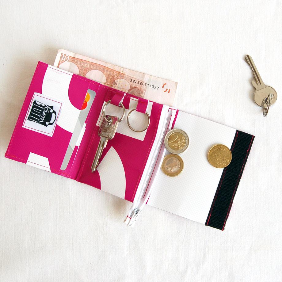 Schlüsseltäschchen-Geldbeutel für die Hosentasche aus einem ehemaligen Werbebanner / krambeutel Deine Wunschtasche / maßgefertigte Beutel aus LKW-Plane und Leder / Recycling und Upcycling / Stefanie Ramb München