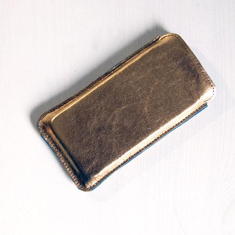 smartphonehülle aus goldenem Leder, gefüttert mit Wollfilz / Stefanie ramb münchen / www.krambeutel.de / krambeutel Deine Wunschtasche München