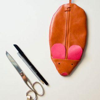 Mäppchen in Mausform aus rotbraunem Leder, mit pinken Ohren, handgemacht von krambeutel Deine Wunschtasche in München Stefanie Ramb www.krambeutel.de