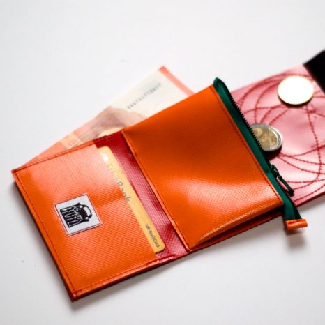 krambeutel Mini-Geldbeutel rot mit wilden Kreisen, aus LKW-Plane, maßgeschneidert von Stefanie Ramb, München. krambeutel Deine Wunschtasche www.krambeutel.de