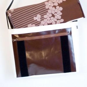 Umhängetasche mit Blumenstoff auf dem Deckel krambeutel Deine Wunschtasche www.krambeutel.de handgemachte Taschen und Beutel aus München Stefanie Ramb