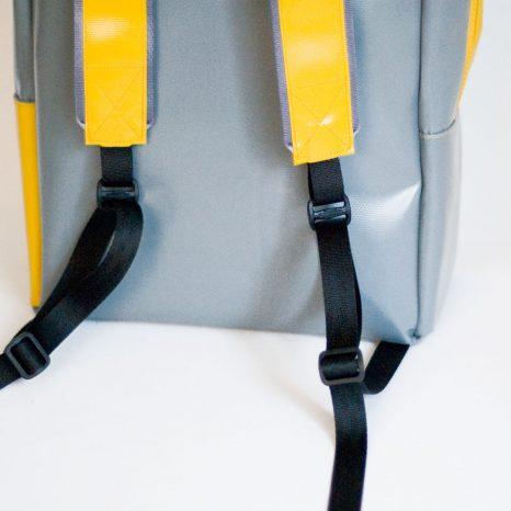 Rucksack von krambeutel Deine Wunschtasche aus LKW-Plane gelb grau mit Dreiecken. Handgemacht von Stefanie Ramb in München.