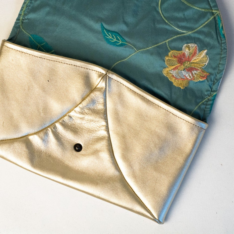silberne Lederclutch mit Seidenfutter, handgenäht von krambeutel Deine Wunschtasche www.krambeutel.de Stefanie Ramb