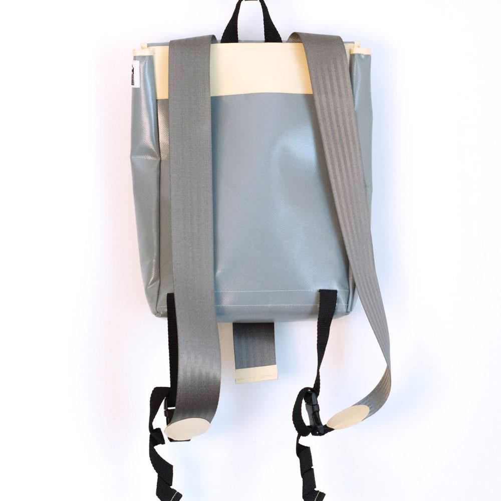grauer rucksack mit pfeil. Black Bedroom Furniture Sets. Home Design Ideas