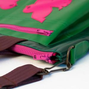 Laptoptasche aus LKW-Plane nach Kundenentwurf, grün mit pinken Vögeln, gefüttert mit weichem Wollfilz. Handgemacht in München von krambeutel Deine Wunschtasche / Stefanie Ramb / www.krambeutel.de
