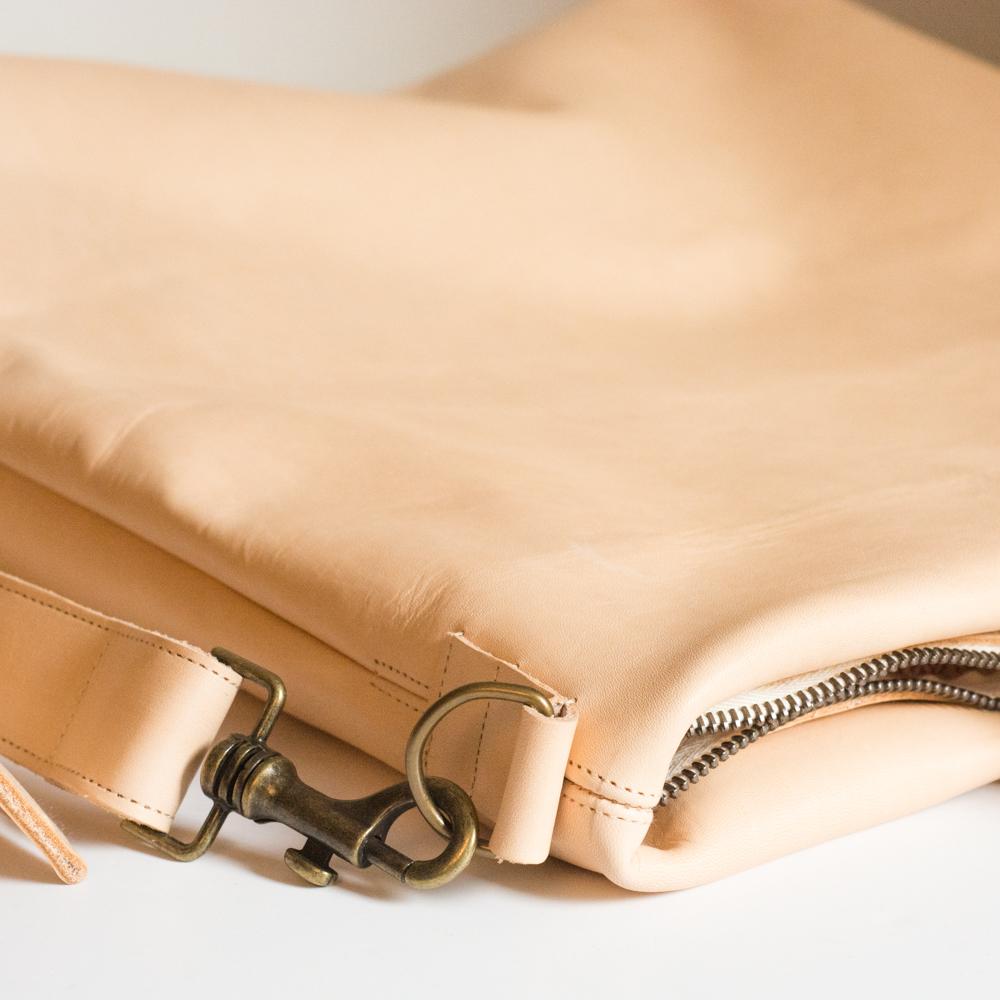 gefütterte Umhängetasche aus naturbelassenem Echtleder von krambeutel Deine Wunschtasche handgenäht von Stefanie Ramb in München